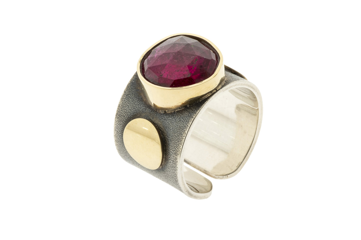 Gjersen-silverring-with-pink-Tourmaline-in-gold-setting-and-gold-ornaments-00126