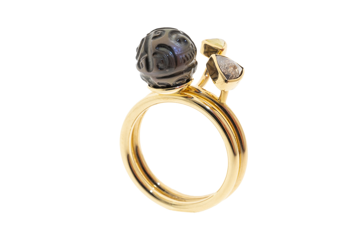 Gjersen.-When-two-are-One.-Goldring-with-Tahitian-pearl-and-triangle-diamonds-00143
